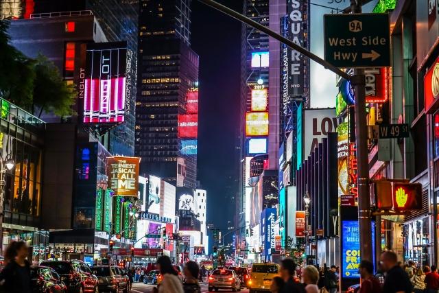 LEDビジョンで溢れているアメリカ、ニューヨークのタイムズスクエア
