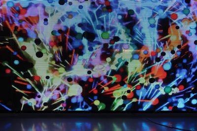 透過性とは思えないほどの鮮やかな映像表現と、PH3相当の細かな解像度。消費電力も抑え、発熱も大幅に軽減されています。